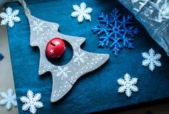 Decoração branca e azul dos flocos de neve do Natal no fundo do azul e da prata Fotografia de Stock Royalty Free