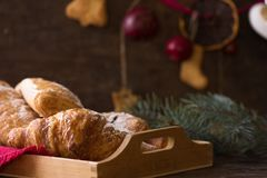 A decoração caseiro do croissant e do feriado brinca ramos do abeto da árvore na tabela de madeira branca Espaço da cópia da vist Fotos de Stock