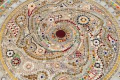Decoração cerâmica colorida do teste padrão com os seixos feitos do pebbl Imagens de Stock Royalty Free