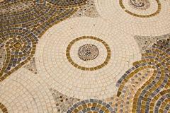 Decoração cerâmica colorida do teste padrão com os seixos feitos do pebbl Imagem de Stock Royalty Free
