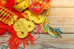 Decoração chinesa do ano novo na parede de madeira , Te dos caráteres chineses Fotos de Stock