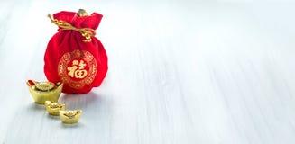 Decoração chinesa do ano novo, pacote vermelho da tela ou prisioneiro de guerra do ANG com teste padrão do estilo chinês e lingot fotografia de stock royalty free