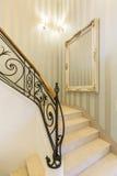 A decoração clássica ainda dá boas-vindas na casa contemporânea fotografia de stock