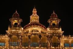 decoração clara de brilho na noite no palácio fotos de stock royalty free