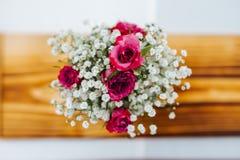 Decoração colorida da peça central do casamento da flor da vista superior imagem de stock