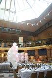 Decoração colorida dos balões em um restaurante Foto de Stock