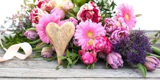 Decoração com as flores da mola para o dia de mães Imagens de Stock