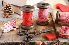 Decoração com carretéis de madeira e as fitas vermelhas Imagens de Stock Royalty Free