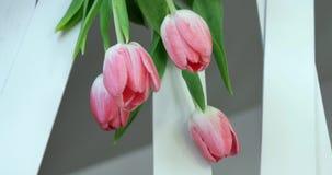 Decoração com flores, tabela da tabela do casamento do casamento da decoração da flor, fim do florista do casamento acima vídeos de arquivo