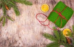 Decoração com uma árvore de abeto, chique do Natal, presente Presente feito malha Embalagem do presente Natal de madeira  fundo Fotos de Stock