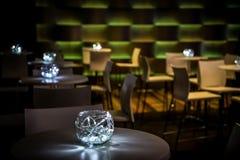 Decoração com velas e lâmpadas para o jantar incorporado do evento ou de gala Imagem de Stock