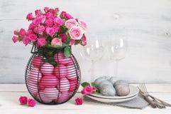 Decoração cor-de-rosa e cinzenta da tabela dos ovos da páscoa Imagem de Stock