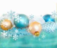 Decoração da árvore de abeto do Natal isolada no fundo branco e verde Composição do feriado Fundo festivo vazio Fotos de Stock