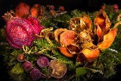 Decoração da árvore de abeto do Natal sobre o preto Fotografia de Stock