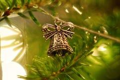 Decoração da árvore de Natal Bell que pendura no galho Fundo de Bokeh Galho da árvore de Natal Imagem de Stock Royalty Free