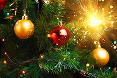Decoração da árvore de Natal com chuveirinho brilhante Fotografia de Stock Royalty Free