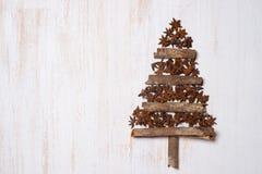 Decoração da árvore de Natal com espaço da cópia no backgr de madeira branco imagem de stock