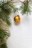 Decoração da árvore de Natal com o ramo do pinho no fundo branco de madeira fotos de stock royalty free