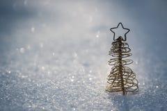 Decoração da árvore de Natal na neve Imagens de Stock Royalty Free
