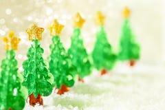 Decoração da árvore de Natal na neve, brinquedos das árvores do Xmas Imagem de Stock