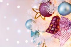 Decoração da árvore de Natal no fundo abstrato imagem de stock