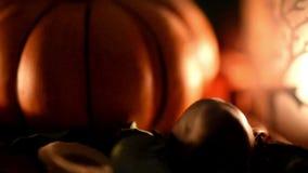 Decoração da abóbora de Dia das Bruxas com com uma vela ardente video estoque