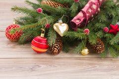 Decoração da bola e árvore de abeto vermelhas Fotografia de Stock