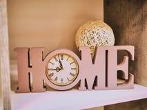 A decoração da casa das letras dirige, pulso de disparo e uma bacia de vime de uma videira Casa de escrita bonita com o pulso de  fotos de stock royalty free
