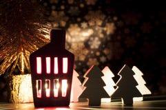 Decoração da casa do Natal com uma luz para dentro Imagens de Stock