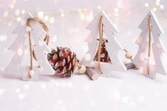 Decoração da composição do White Christmas em luzes douradas efervescentes de brilho dos cones de madeira escandinavos do pinho d imagens de stock