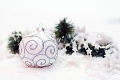 Decoração da esfera do Natal branco Imagens de Stock