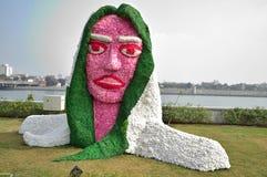 Decoração da estátua da cara da senhora com flores Foto de Stock Royalty Free