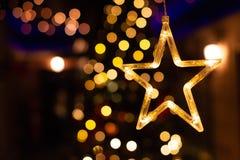 Decoração da estrela, bokeh da luz do ano novo, luzes amarelas da decoração imagens de stock royalty free