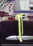 Decoração da fita do carro do casamento Foto de Stock Royalty Free
