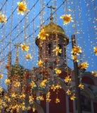 Decoração da iluminação do Natal em Moscou na rua de Nikolskaya Estrelas amarelas, festões Ano novo do feriado na cidade imagem de stock