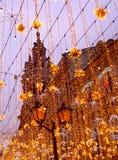 Decoração da iluminação do Natal em Moscou na rua de Nikolskaya Estrelas amarelas, festões Ano novo do feriado na cidade fotografia de stock royalty free