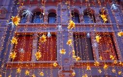 Decoração da iluminação do Natal em Moscou na rua de Nikolskaya Estrelas amarelas, festões Ano novo do feriado na cidade fotos de stock royalty free