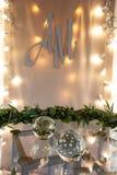 Decoração da mesa de registro do casamento Esfera de vidro, cordas das luzes e grinalda das folhas fotos de stock royalty free