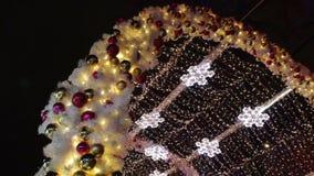 Decoração da noite de Natal em Moscou O túnel leve no bulevar de Tverskoy com bolas e floco de neve video estoque
