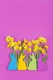 Decoração da Páscoa, coelhinhos da Páscoa de feltro e narcisos amarelos Fotografia de Stock Royalty Free