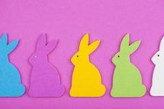 Decoração da Páscoa, coelhinhos da Páscoa de feltro no fundo cor-de-rosa Imagens de Stock Royalty Free