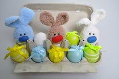Decoração da Páscoa - coelhinhos da Páscoa em uma caixa dos ovos Fotos de Stock Royalty Free