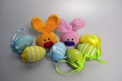 Decoração da Páscoa - coelhinhos da Páscoa em uma caixa dos ovos Fotografia de Stock Royalty Free