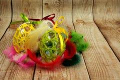 Decoração da Páscoa com as penas coloridas no fundo de madeira Fotos de Stock Royalty Free