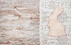 Decoração da Páscoa com coelho e o pano de madeira Fotografia de Stock Royalty Free