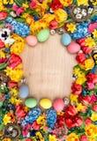 Decoração da Páscoa com flores da mola e os ovos coloridos Imagens de Stock Royalty Free