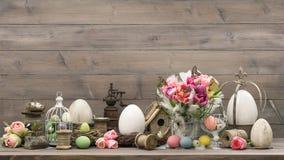 Decoração da Páscoa com os ovos da extremidade das tulipas imagem de stock royalty free