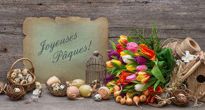 Decoração da Páscoa com ovos e flores da tulipa Imagem de Stock Royalty Free