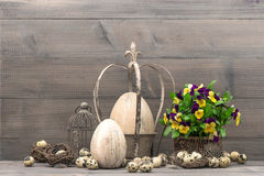 Decoração da Páscoa com ovos e flores do amor perfeito Imagens de Stock