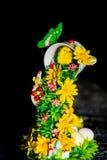 Decoração da Páscoa com pintainho e ovos no fundo escuro Imagem vertical Decoração home para o feriado da Páscoa de abril Imagens de Stock Royalty Free